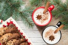 在杯子的蛋黄乳鸡尾酒安排了与圣诞节装饰和co 库存图片