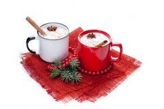 在杯子的蛋黄乳鸡尾酒安排了与圣诞节装饰isola 库存照片