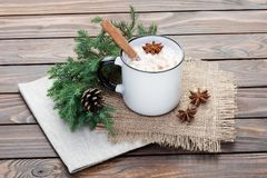 在杯子的蛋黄乳鸡尾酒安排了与在wo的圣诞节装饰 库存图片