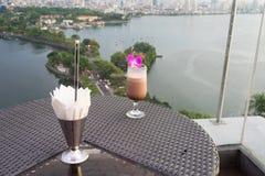 在杯子的选择聚焦反对都市风景空中场面的汁液果子与湖的 的业余时间的概念有室外的饮料, o 免版税库存图片