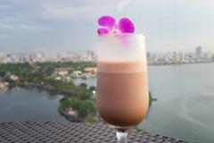 在杯子的选择聚焦反对都市风景空中场面的汁液果子与湖的 的业余时间的概念有室外的饮料, o 免版税库存照片
