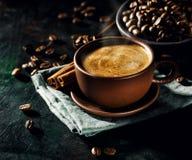 在杯子的通入蒸汽的新鲜的咖啡 库存图片