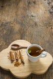 在杯子的顶视图热的苹果汁用在老木头的桂香和肉桂粉 库存图片