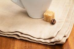 在杯子和二粒豆的黑暗的浓咖啡 免版税图库摄影
