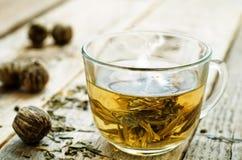 在杯子的绿茶 免版税库存图片