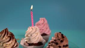 在杯形蛋糕的桃红色蜡烛 股票视频