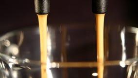 在杯极端特写镜头的咖啡机器倾吐的浓咖啡 图库摄影