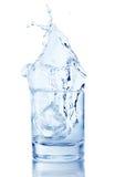 从在杯的冰块飞溅水 免版税库存照片