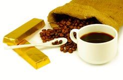 在杯的咖啡,咖啡豆,巧克力 库存照片