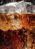 在杯的泡影与冰的可乐 免版税库存图片