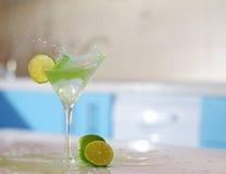 在杯的飞溅玛格丽塔酒 免版税库存照片