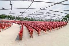 在杰・普利兹克露天音乐厅的红色音乐会椅子,在中心位于千禧公园在芝加哥 免版税库存图片