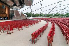 在杰・普利兹克露天音乐厅的红色音乐会椅子,在中心位于千禧公园在芝加哥 库存图片