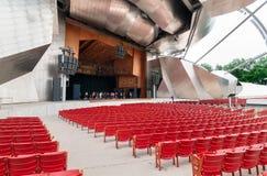 在杰・普利兹克露天音乐厅的红色音乐会椅子,在中心位于千禧公园在芝加哥 免版税库存照片