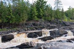 在杰伊Cooke的岩石地形和河急流 免版税库存图片