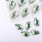 在板台的宝石绿色在白色背景 免版税图库摄影