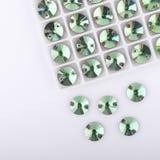 在板台的宝石绿色在白色背景 库存图片