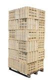 在板台的被堆积的木板箱 免版税库存图片