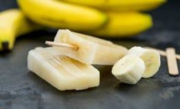 在板岩平板的香蕉冰棍儿 免版税图库摄影