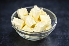 在板岩平板(选择聚焦)的黄油 库存图片