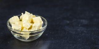 在板岩平板(选择聚焦)的黄油 免版税库存图片