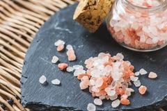 在板岩板材的喜马拉雅山盐 免版税库存照片