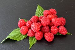 在板岩板材的新鲜的红色raspberriy果子 免版税库存照片