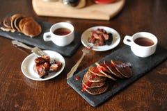在板岩板材,白色杯子的开胃薄煎饼用咖啡 咖啡酿造设备在背景中 鲜美的早餐 免版税图库摄影