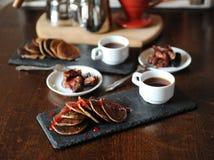 在板岩板材,白色杯子的开胃薄煎饼用咖啡 咖啡酿造设备在背景中 鲜美的早餐 库存照片