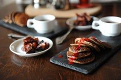 在板岩板材,白色杯子的开胃薄煎饼用咖啡 咖啡酿造设备在背景中 鲜美的早餐 库存图片