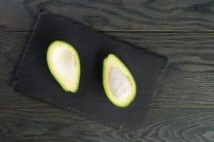 在板岩板的成熟鲕梨 免版税库存图片