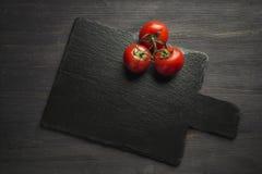 在板岩板的蕃茄, 图库摄影