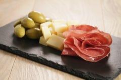 在板岩的Bresaola用帕尔马干酪和橄榄上 免版税图库摄影