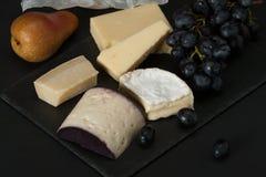在板岩石头的被分类的乳酪 葡萄,梨 免版税库存图片