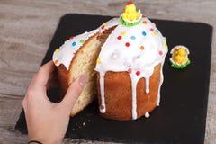 在板岩立场的复活节蛋糕 免版税图库摄影