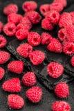 在板岩背景的新鲜的红草莓 免版税库存图片
