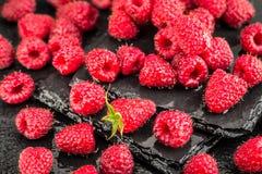 在板岩背景的新鲜的红草莓 免版税图库摄影
