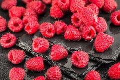 在板岩背景的新鲜的红草莓 免版税库存照片