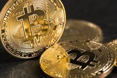 在板岩背景的Bitcoin硬币 库存图片