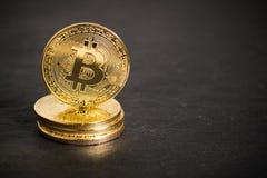 在板岩背景的Bitcoin硬币 库存照片