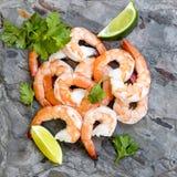 在板岩顶视图的虾与石灰和香菜 免版税图库摄影