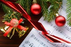 在板料的圣诞节装饰与笔记 图库摄影