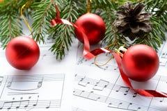 在板料的圣诞节装饰与笔记 免版税库存图片