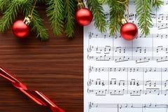 在板料的圣诞节装饰与笔记 免版税库存照片