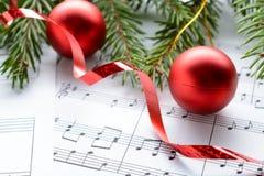 在板料的圣诞节装饰与笔记 库存图片
