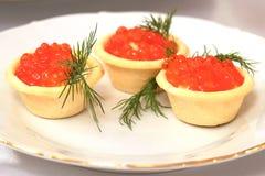 在板材上是三个果子馅饼用红色鱼子酱 可口欢乐纤巧新年、感恩或者其他晚餐 Registra 库存照片