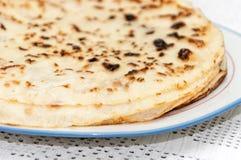 在板材供食的新鲜的被烘烤的薄煎饼 库存照片