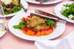 在板材切的红色鱼 被切的红色鱼三文鱼绿化在板材的柠檬黑橄榄 免版税图库摄影