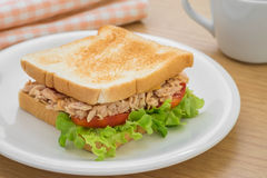 在板材和咖啡杯的金枪鱼三明治 库存图片