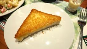 在板材和布丁的乳酪多士 免版税库存照片